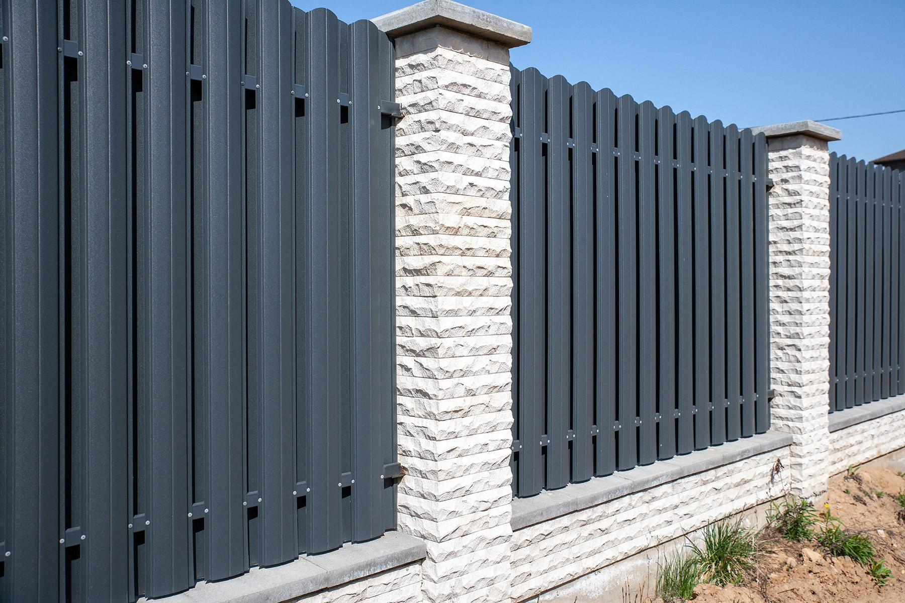 Забор из белого рустированного кирпича